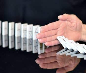 was unterbricht das intermittierendes fasten, Dominosteine und eine Hand